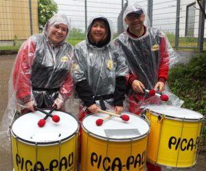 Plasitk-Regenmäntel beim Sambaspielen